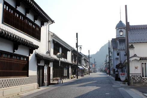 白壁の町並みを歩く!府中市上下町商店街の風景、なまこ壁も