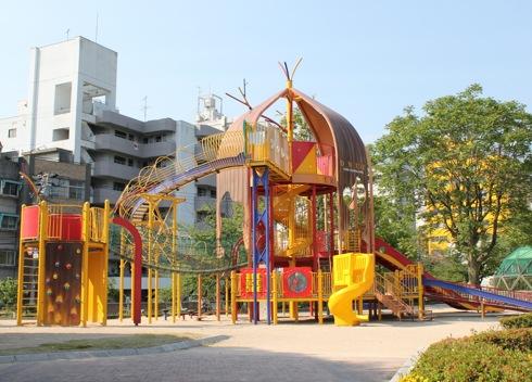 呉市 中央公園、遊具と貯水槽を備えた