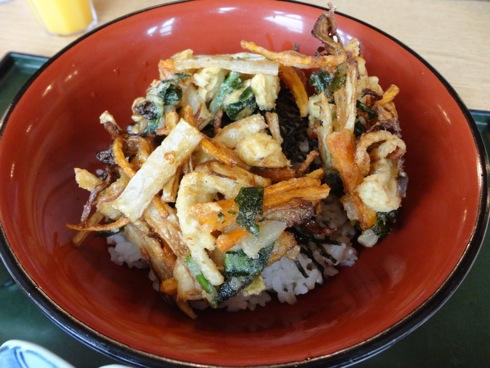 女鹿平温泉内のレストランで吉和名物つまった あわび茸丼