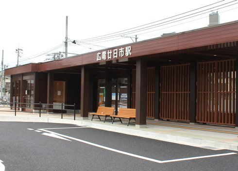 広電 廿日市駅が木造で新しく!広い駐輪場もある