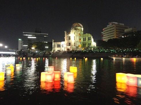 広島 とうろう流し、8月6日 平和への願いを水面に浮かべ