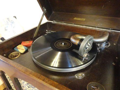 ノラの家 蓄音機で音楽を聞く