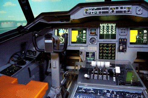 フライトシミュレーター 操縦席の写真
