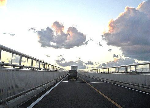 べた踏み坂 江島大橋、空に向かって伸びる橋!