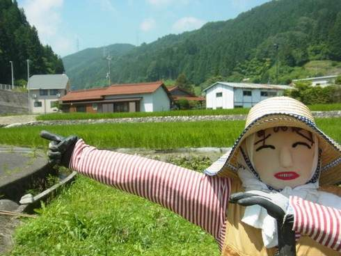 広島県湯来町のカカシ、畑で待ってるよ