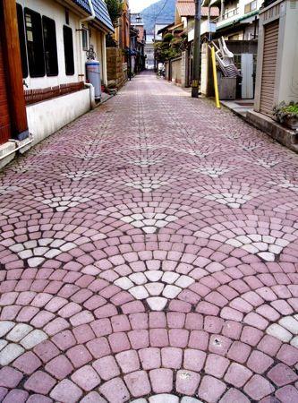 鞆の浦の風情を足元で密かに演出する石畳の風景