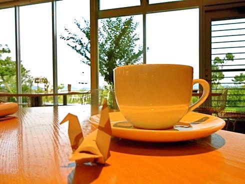 カフェや待ち時間の多い店で折り鶴を募る広島らしい風景