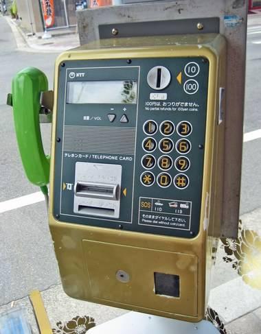願いを伝える電話ボックス、電話機も金色に