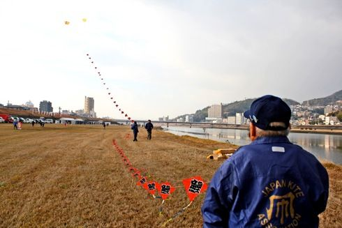 新春凧あげ大会、太田川河川敷に800枚の凧が出現!