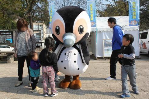 宮島水族館のアルくん、宮島桟橋でお客様をお出迎え!