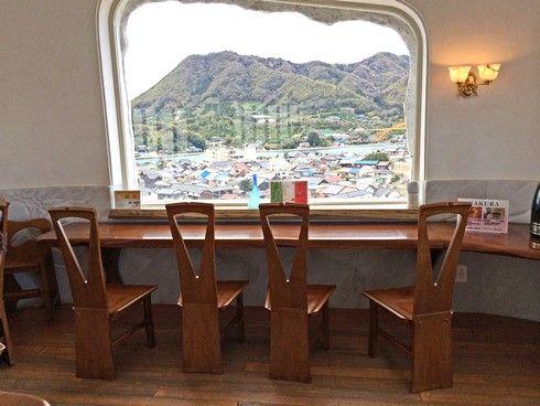 耕三寺からの景色、正面に高根島