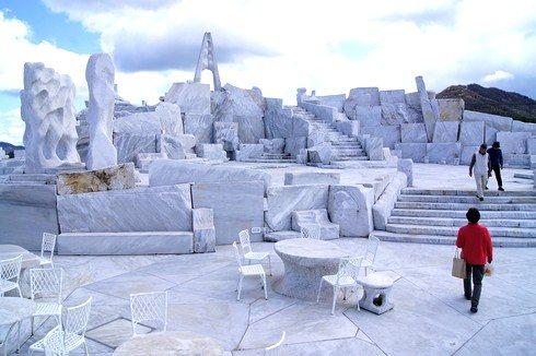 未来心の丘は、まるでギリシャ!まっ白な大理石で別世界が広がる風景