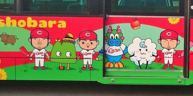カープバスに描かれている梵と永川の似顔絵