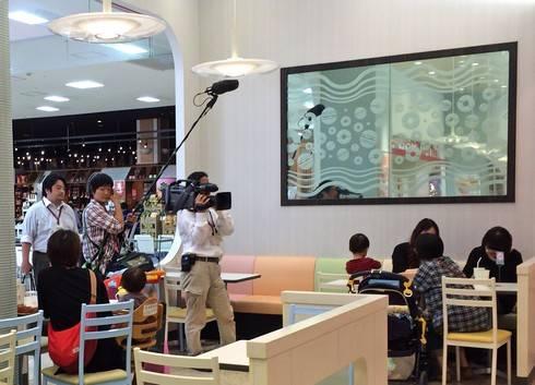 モスド新商品を追う、テレビ局のカメラクルー