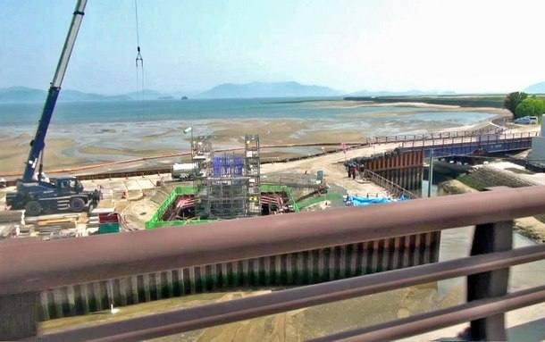 新八幡橋の横に人工島、新たな橋の橋脚工事