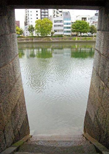 京橋川の雁木で、水辺まで下りれる
