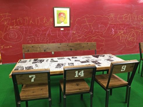マツダスタジアムカフェ 壁は黒板