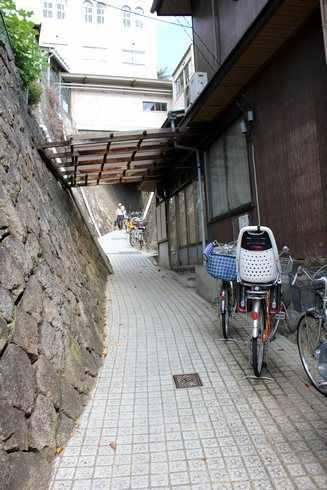細い坂道を登って持光寺へ