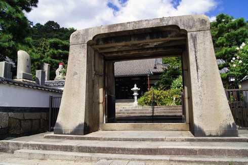 持光寺の石門2