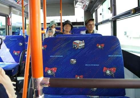 三次のカープラッピングバス車内