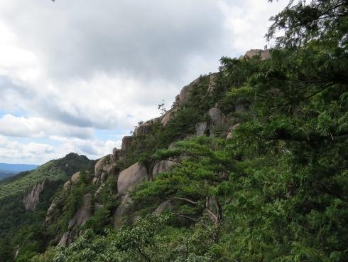 三倉岳 朝日岳から中岳を見る