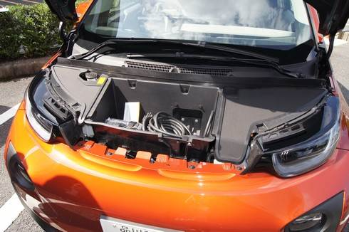 BMWi ボンネットの中は家庭用充電できるコードが入っている