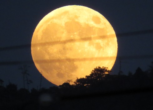 満月に輝く10月8日の月