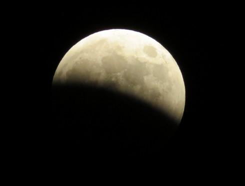皆既月食 半分まで月が欠けた様子