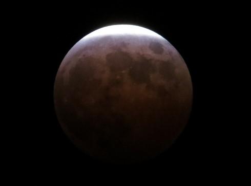 皆既月食 月がほぼ消えた