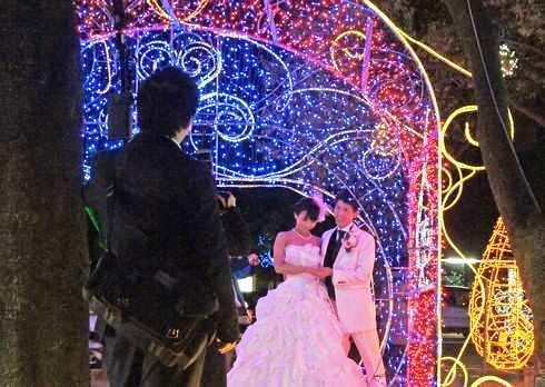 イルミネーションの中で結婚式の撮影も