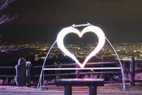 完成した絵下山公園 展望広場の様子と夜景イルミネーション
