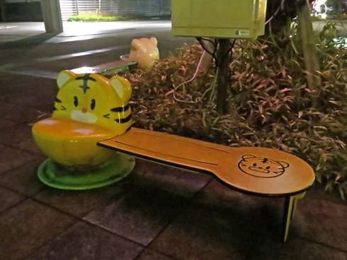 庄原市役所 イルミネーション、子供用の小さなベンチも