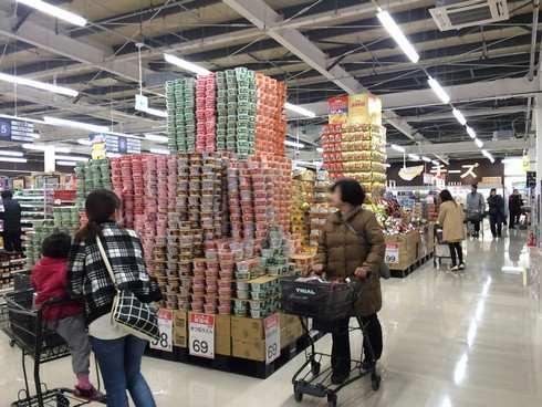 トライアル大竹店、お得商品の山積み