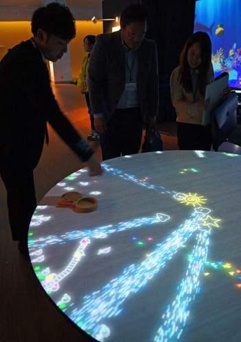 チームラボ 学ぶ!未来の遊園地 小人が住まうテーブル