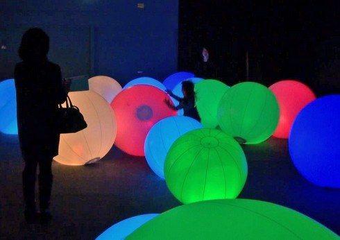チームラボ 学ぶ!未来の遊園地 光のボールでオーケストラ