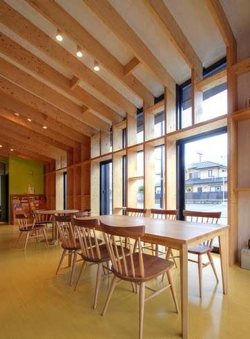 府中市地域交流センター、館内には府中家具のテーブルも