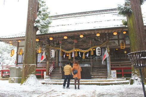 お正月 雪の中の初詣