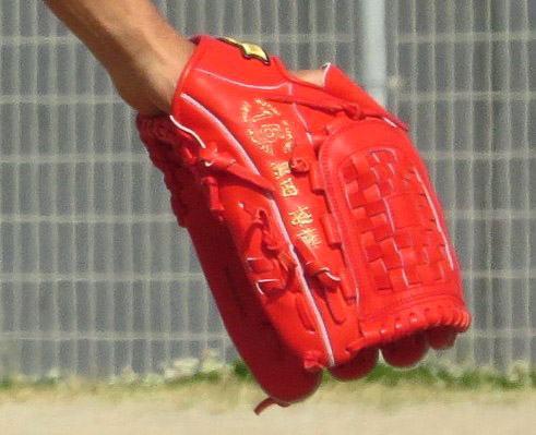 黒田投手の2015グローブは、SSKの赤