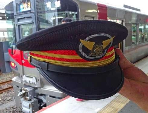 227系 運転士の帽子もかっこいい