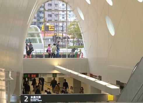 新白島駅、ガラス張りで外が見える