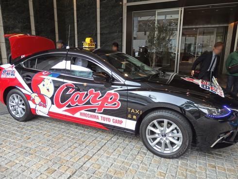 燃える赤ヘルタクシー2015、つばめ交通のラッピングタクシー