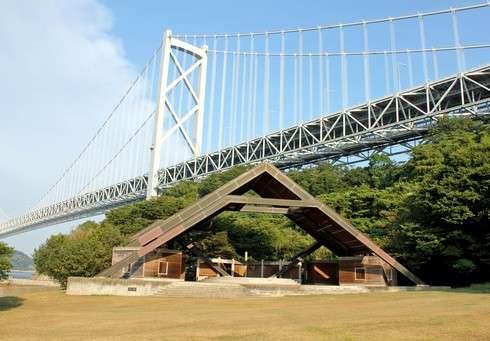 因島大橋記念公園、橋のふもとに眺めの良い芝生広場
