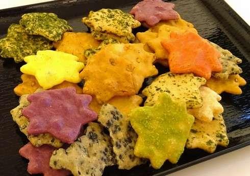 カラフルな もみじ煎餅、意外な味 8種の詰め合わせ