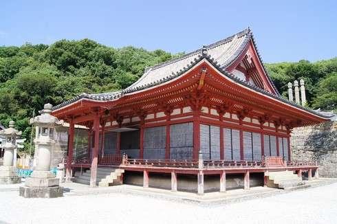 西国寺、階段を上がると正面に金堂