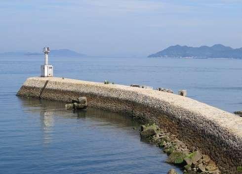 玉津島、裏側にも波止場と灯台が