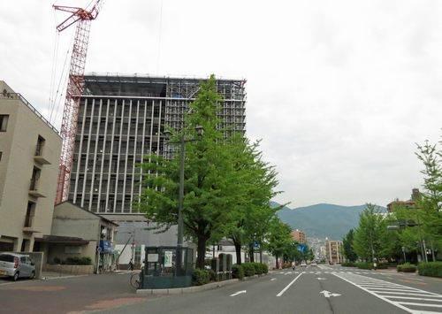 呉市役所の新庁舎を蔵本通りから見た所