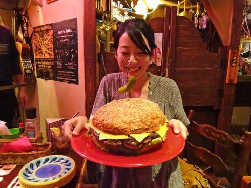 ブギーバンズ 巨大ハンバーガー ヒトとの比較