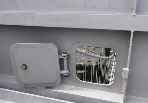 瀬戸大橋スカイツアー 塔頂に小窓があり顔を出せる