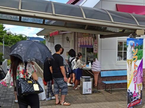 三次ワイナリー Cafe Vineのソフトクリームに行列