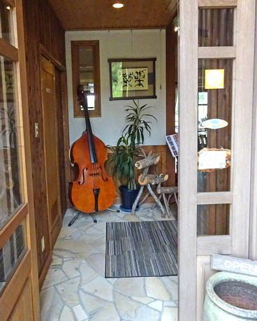 熊野 ふくえどぅ 入口に楽器